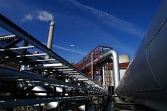Tubi, tubi, fumaiolo in una centrale elettrica Immagini Stock Libere da Diritti