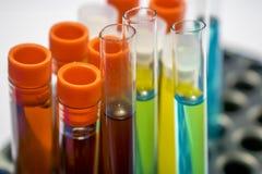 Tubi variopinti della prova di laboratorio, analisi del sangue di biochimica, esame delle urine, provetta, analisi medica, concet immagine stock