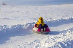 Tubing jazda, zimy odtwarzanie i sport, obrazy stock