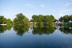 TUBINGEN/GERMANY:2018年7月31日:湖的看法在街市蒂宾根 看见在距离有游泳的咖啡馆和的鸭子  库存图片