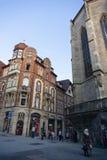TUBINGEN/GERMANY- 31 DE JULIO DE 2018: un edificio cl?sico del Europeo-estilo en los cruces, es la tienda de los vodafone en Tubi foto de archivo