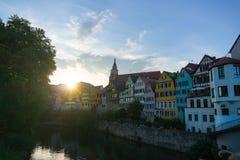 31 tubingen/germany-JULI 2018: Een kleurrijk iconisch huis van Tübingen wanneer de zon plaatst Vele mensen hangen genieten van ro stock foto