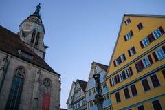 TUBINGEN/GERMANY-, 29. JULI 2018: Um die Collegekirche Quadrat mit Brunnen vor Kathedrale Es gibt eine Statue mit lizenzfreie stockbilder