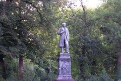 TUBINGEN/GERMANY-JULY 31 2018年:一个雕象在蒂宾根叫Uhlanddenkmal在Anlagen公园附近位于 库存照片