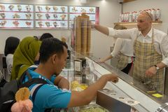 TUBINGEN/GERMANY-JULY 31 2018年:一些亚裔游人在一家著名gelato商店买冰淇淋在蒂宾根市 他们看起来繁忙 库存图片