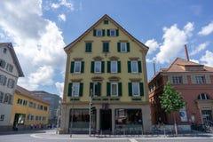 TUBINGEN/GERMANY-JULY 29 2018: ettstil kafé i ett hörn av staden av Tubingen Detta kafé ger bänkar utanför royaltyfri bild