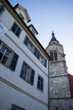 TUBINGEN/GERMANY-JULY 29 2018: Runt om den college- kyrkan fyrkant med springbrunnen framme av domkyrkan Himlen är klar utan arkivfoto