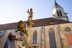 TUBINGEN/GERMANY: LIPIEC 30 2018: Muzu?ma?ska podr??nik kobieta patrzeje szcz??liw? blisko St, odprowadzenie na chodniczkach mias obraz royalty free