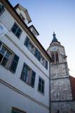 TUBINGEN/GERMANY- 29 LUGLIO 2018: Intorno alla chiesa collegiale, quadrato con la fontana davanti alla cattedrale Il cielo è chia fotografia stock
