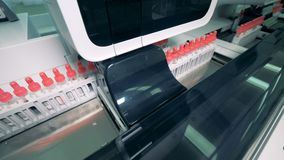 Tubki z krwią na nowożytny automatyzujący próbki testowanie wykładają, zamykają, up zdjęcie wideo