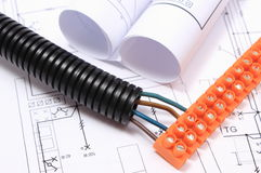 Tubo acanalado y cable eléctrico con el cubo de la conexión en el dibujo Imágenes de archivo libres de regalías
