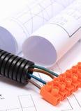 Tubo acanalado y cable eléctrico con el cubo de la conexión en el dibujo Imagenes de archivo