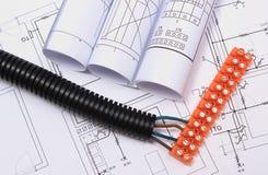 Tubo acanalado y cable eléctrico con el cubo de la conexión en el dibujo Imagen de archivo