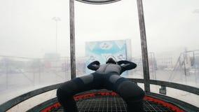 Tubo aerodinámico El viento levanta para arriba a la persona Cámara lenta metrajes