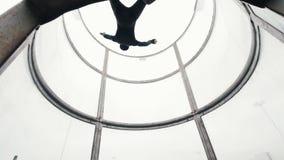 Tubo aerodinámico El viento levanta para arriba a la persona Visión de debajo almacen de metraje de vídeo