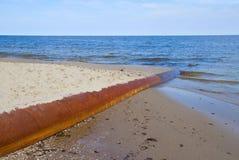 Tubo aherrumbrado en el mar azul fotografía de archivo libre de regalías