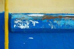 Tubo amarillo sobre la pared fotografía de archivo libre de regalías