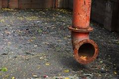 Tubo colorido en las aguas residuales oscuras Imagen de archivo libre de regalías