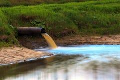 Tubo con el agua resultante Fotos de archivo libres de regalías