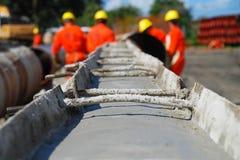Tubo Concreting en el emplazamiento de la obra del gaseoducto fotos de archivo libres de regalías