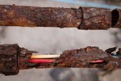 Tubo d'acciaio arrugginito con il metallo dei fori Immagine Stock Libera da Diritti