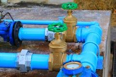 Tubo d'acciaio del rubinetto del giunto dell'impianto idraulico della valvola dell'acqua con la fine verde della manopola su fotografia stock