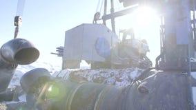 Tubo d'acciaio della condotta della saldatura del lavoratore dell'industria utilizzando la torcia del metallo nel giorno di inver video d archivio