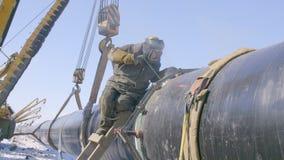 Tubo d'acciaio della condotta della saldatura del lavoratore dell'industria utilizzando la torcia del metallo nel giorno di inver archivi video