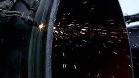 Tubo d'acciaio della condotta di taglio del lavoratore dell'industria usando la torcia del metallo archivi video