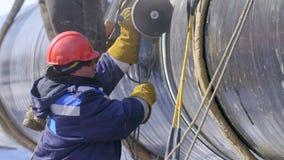 Tubo d'acciaio della condotta di taglio del lavoratore dell'industria usando la torcia del metallo video d archivio