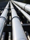 Tubo d'acciaio lungo nella stazione della raffineria di petrolio Immagini Stock