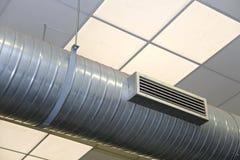 Tubo DE ACERO del aire acondicionado y de la calefacción en un adoquín industrial Imagen de archivo
