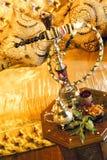Tubo de agua árabe con el conjunto de té Imágenes de archivo libres de regalías