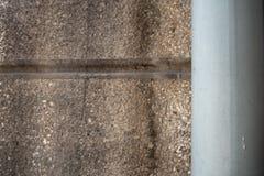 Tubo de agua en el muro de cemento para el fondo fotografía de archivo libre de regalías