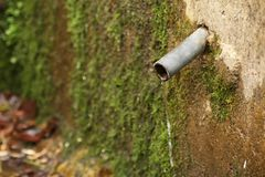 Tubo de agua oxidado Foto de archivo