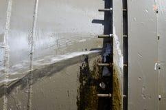 Tubo de agua que se escapa Imagen de archivo