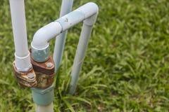Tubo de agua viejo en jardín Foto de archivo
