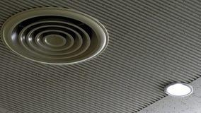 Tubo de aire en techo en la alameda o el hospital El acondicionador de aire instala en techo del yeso cerca de la lámpara del tec fotos de archivo libres de regalías