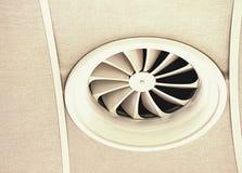 Tubo de aire en techo en la alameda o el hospital Acondicionador de aire fotografía de archivo libre de regalías