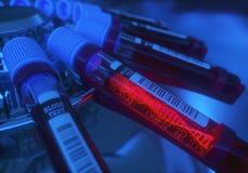 Tubo de análise de sangue do código genético foto de stock royalty free