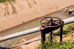 Tubo de bombeo para la agricultura y el cultivo del arroz imágenes de archivo libres de regalías