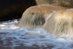 Tubo de desbordamiento severo del agua foto de archivo