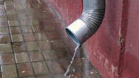 Tubo de drenaje bajo la lluvia metrajes