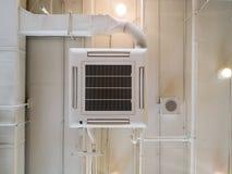 Tubo de enfriamiento industrial blanco del acondicionador de aire con la fontanería en el techo Tubo de aire del techo del sistem fotografía de archivo