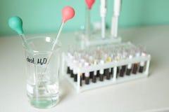 Tubo de ensaio médico na tabela, testes, diagnóstico Fotos de Stock Royalty Free