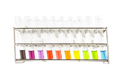 Tubo de ensayo con la solución del color en estante Imagen de archivo libre de regalías