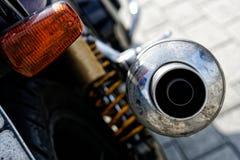 Tubo de escape de Chrome con una motocicleta del motorista del silenciador Problemas de la ecolog?a y de la contaminaci?n atmosf? imágenes de archivo libres de regalías