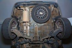 Tubo de escape de las ruedas posteriores de la parte de abajo del coche Imagen de archivo libre de regalías