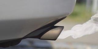 Tubo de escape del coche que expulsa humo - Contaminación diesel del coche foto de archivo libre de regalías