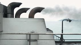 Tubo de escape en la cubierta de barco mientras que cruza en el mar almacen de metraje de vídeo
